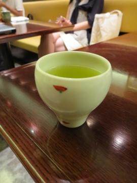 食後の緑茶。上品な量