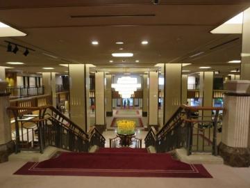 店前からロビーへ続く階段