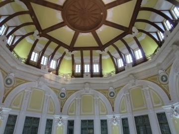 ・ドーム天井の中心飾りの周囲にクレマチス、角に両翼約2点1mの大鷲