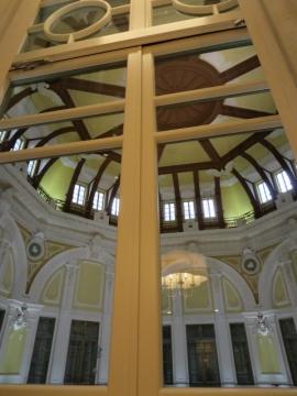 ・白黒写真などの史料を検証し忠実に復原されたドーム天井