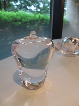 テーブルウェアの硝子の小物