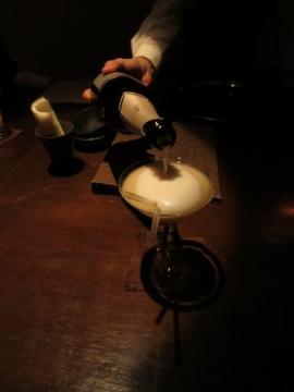 ・テーブルでシャンパンを注いで仕上げ