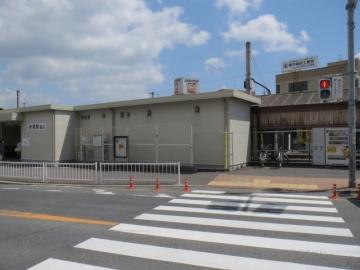 お店の正面、道路向かいはJR折尾駅西口