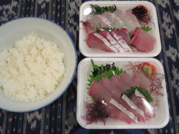 刺身2パック1000円、ごはん200円で1200円の贅沢丼になっちゃいました