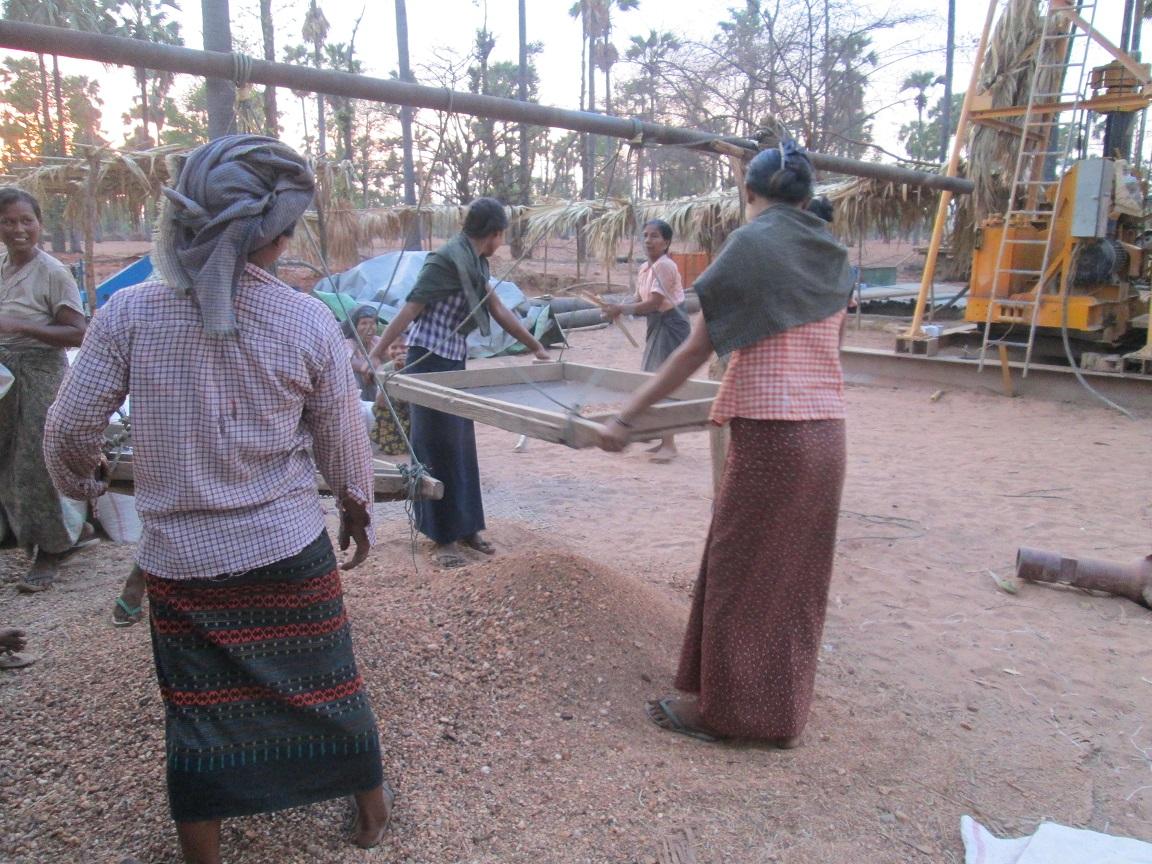 村の女性たちの協力