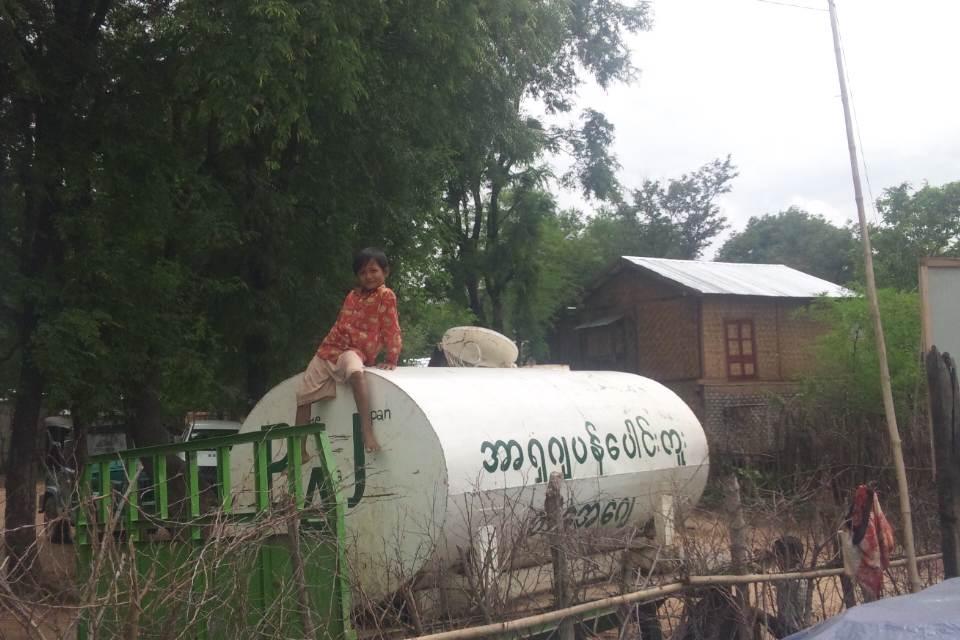 タンクに腰掛ける子ども