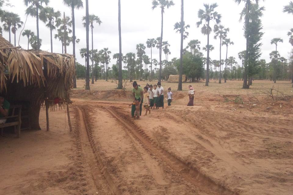 掘削現場に訪れる女性と子どもたち