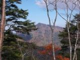 野陣尾根から望む雲取山