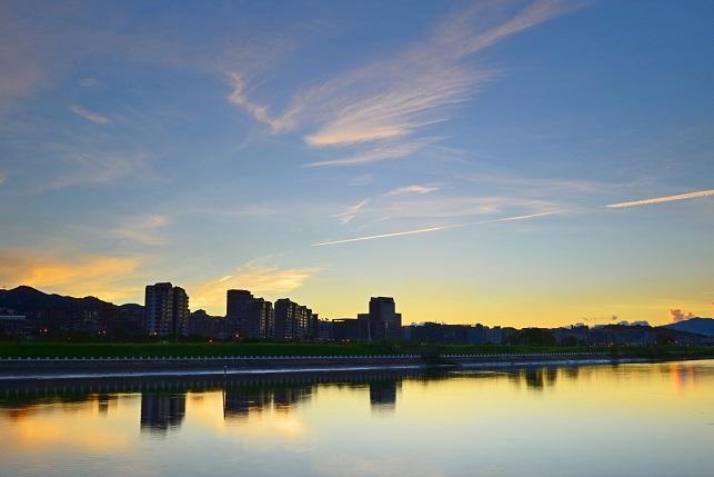 日の出と飛行機雲(1)