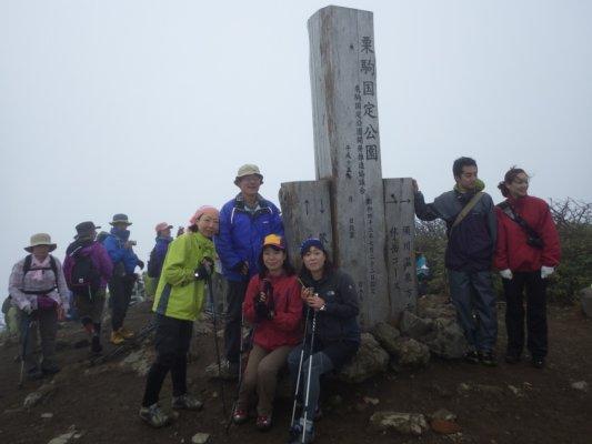 24栗駒山頂はものすごい人
