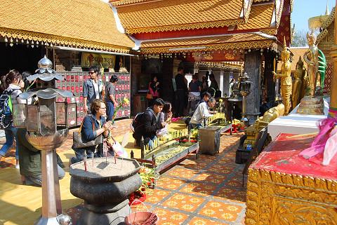 祈る仏教徒たち