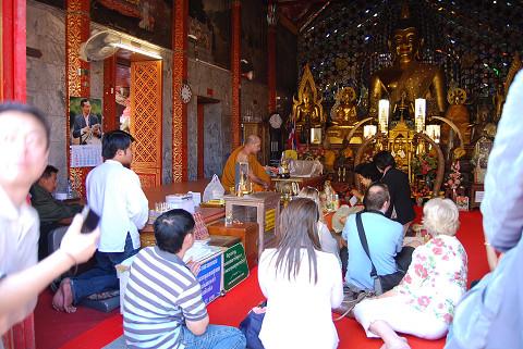 祈る仏教徒たち2