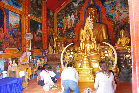 祈る仏教徒たち3