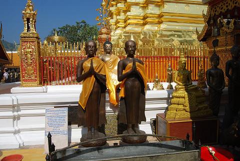 黒い僧侶像が