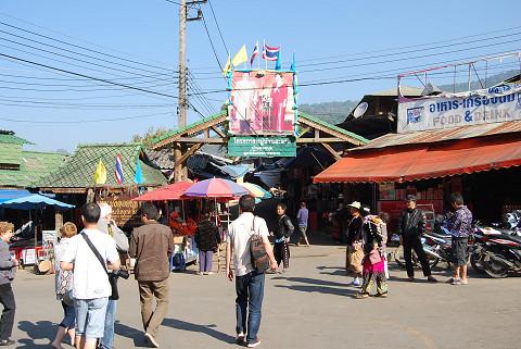 メオ族のマーケット広場