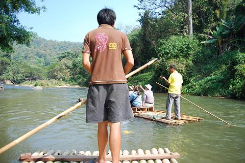 筏で川下りを
