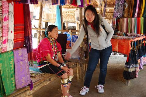 カレン族の女性の民族衣装