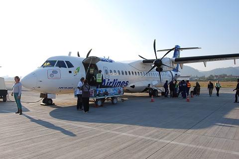 ルアンパバーン空港でプロペラ飛行機