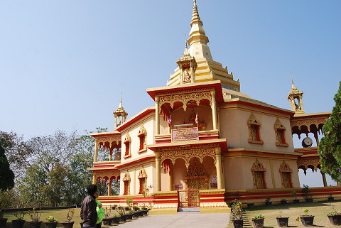 赤と黄色の美しい寺
