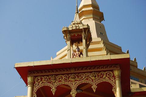 赤と黄色の寺の頂部