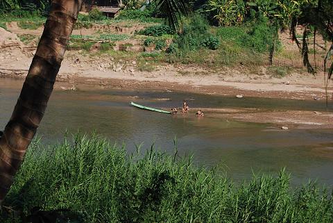 カーン川で遊ぶ子どもたち