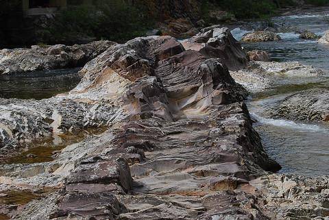 岩脈が川原に