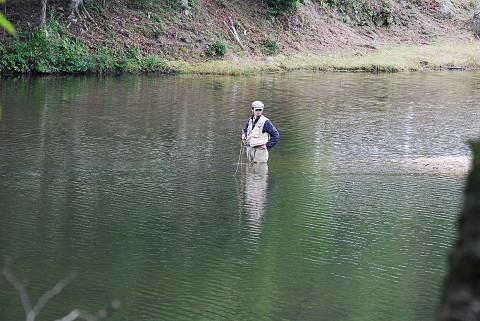 段戸湖に釣り人が
