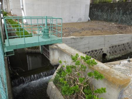 旗矢沢と立体交差する松田用水。