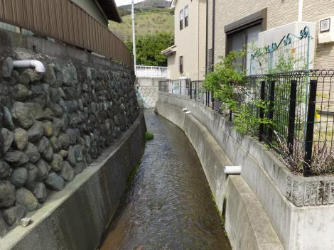 流下する松田用水・県道72号線付近