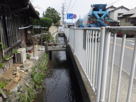 県道72号線沿いを流下する松田用水