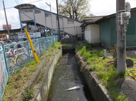 JR松田駅線路下を潜る松田用水