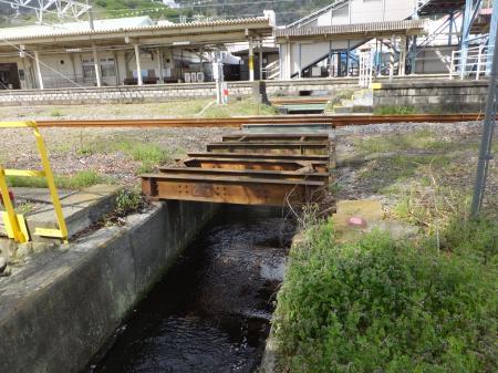 JR松田駅線路下から出て来た松田用水
