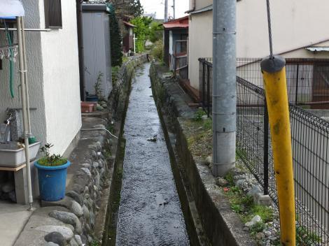 ロマンス通りから見た松田用水