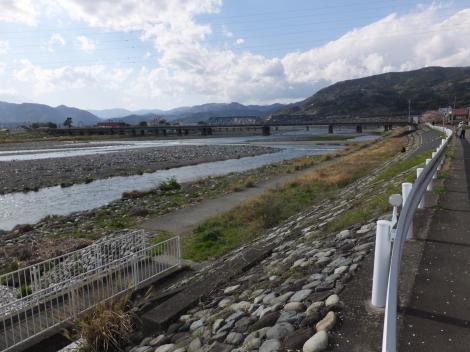 松田用水放流口付近から見た酒匂川
