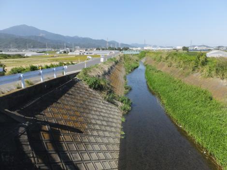 鈴川・東橋より上流を望む