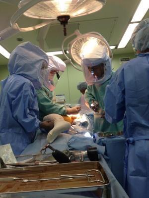 人工関節手術中です