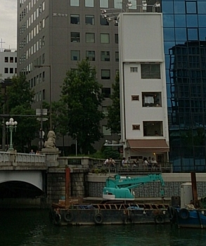川沿いのテラス