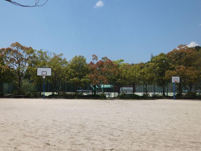 140922-15_広場とバスケゴール