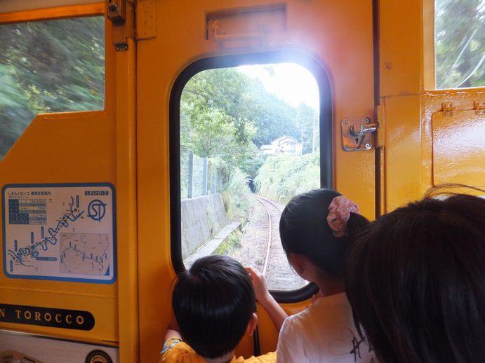 141012-09_後ろを見る子供たち