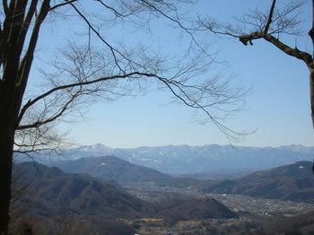 榎峠手前、右手に武甲山が見える