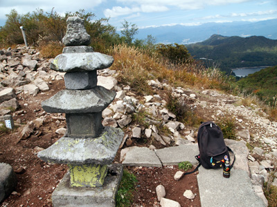 山頂の石塔