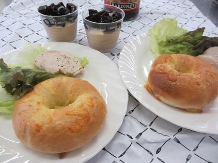 チーズベーグルとモカムース