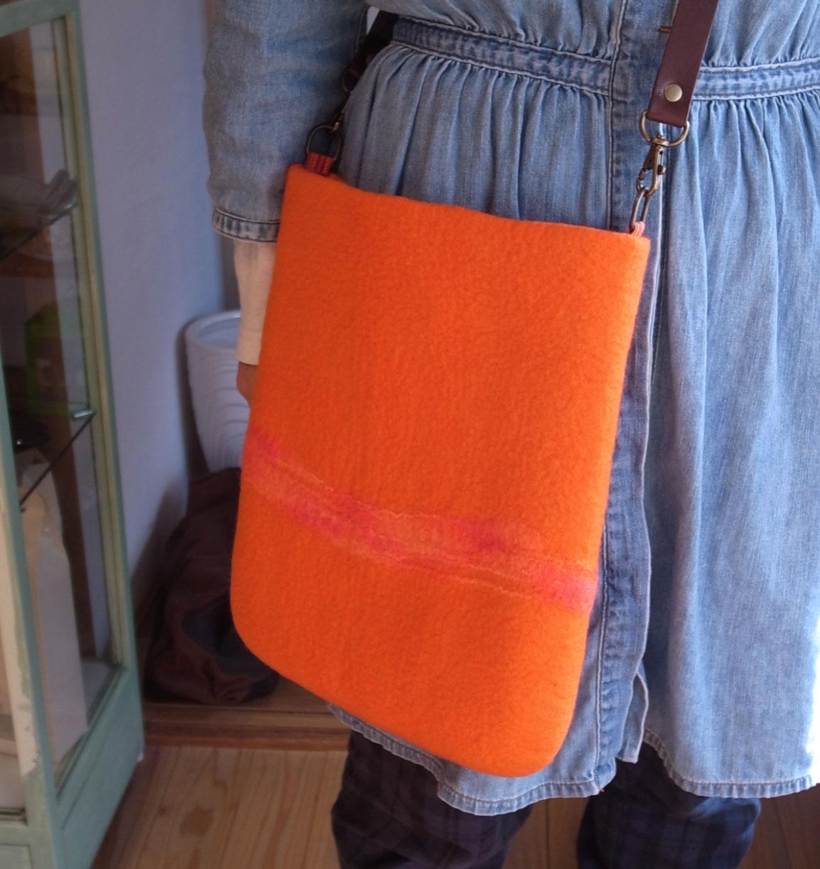 オレンジの肩かけバッグ