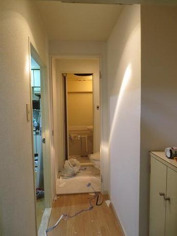 バストイレ分離トイレ玄関クロス貼り