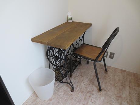 雑司ヶ谷シェアハウス室内机椅子