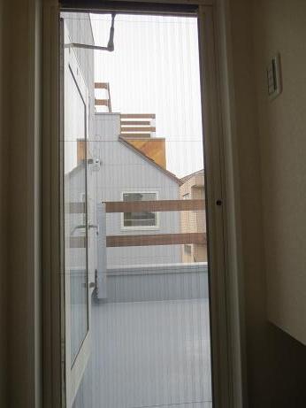 府中アパート屋上にでるアコーディオンカーテン