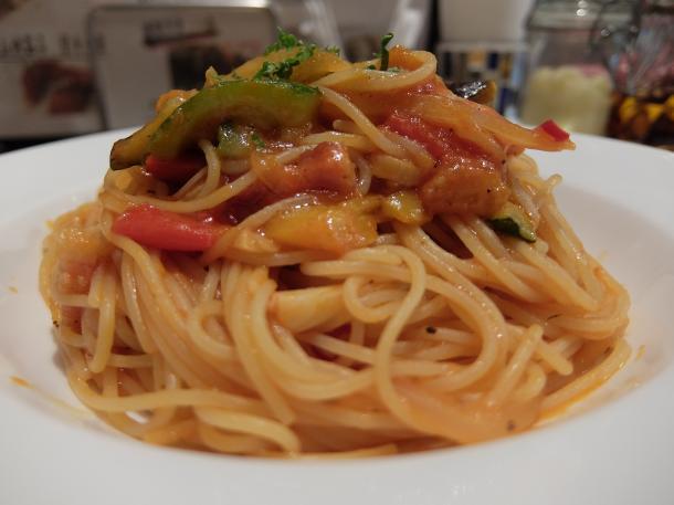 ベーコンと彩り野菜のトマトソースパスタ