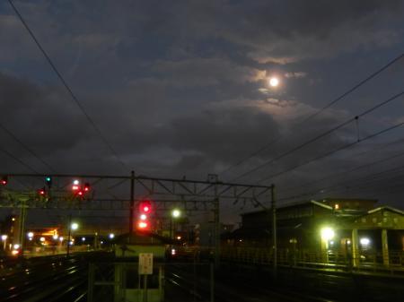 平成26年 十三夜の月 高岡駅にて
