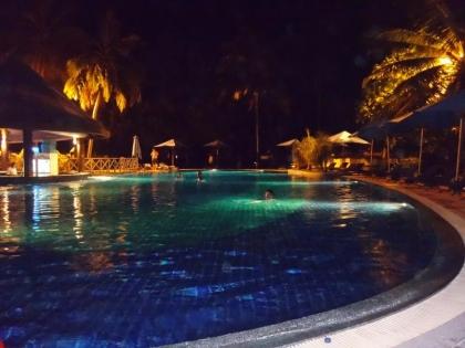 夜はプールで