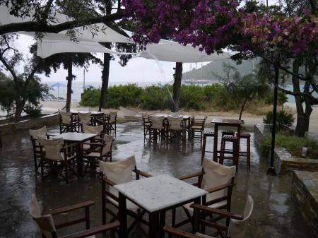 雷雨でタベルナに避難